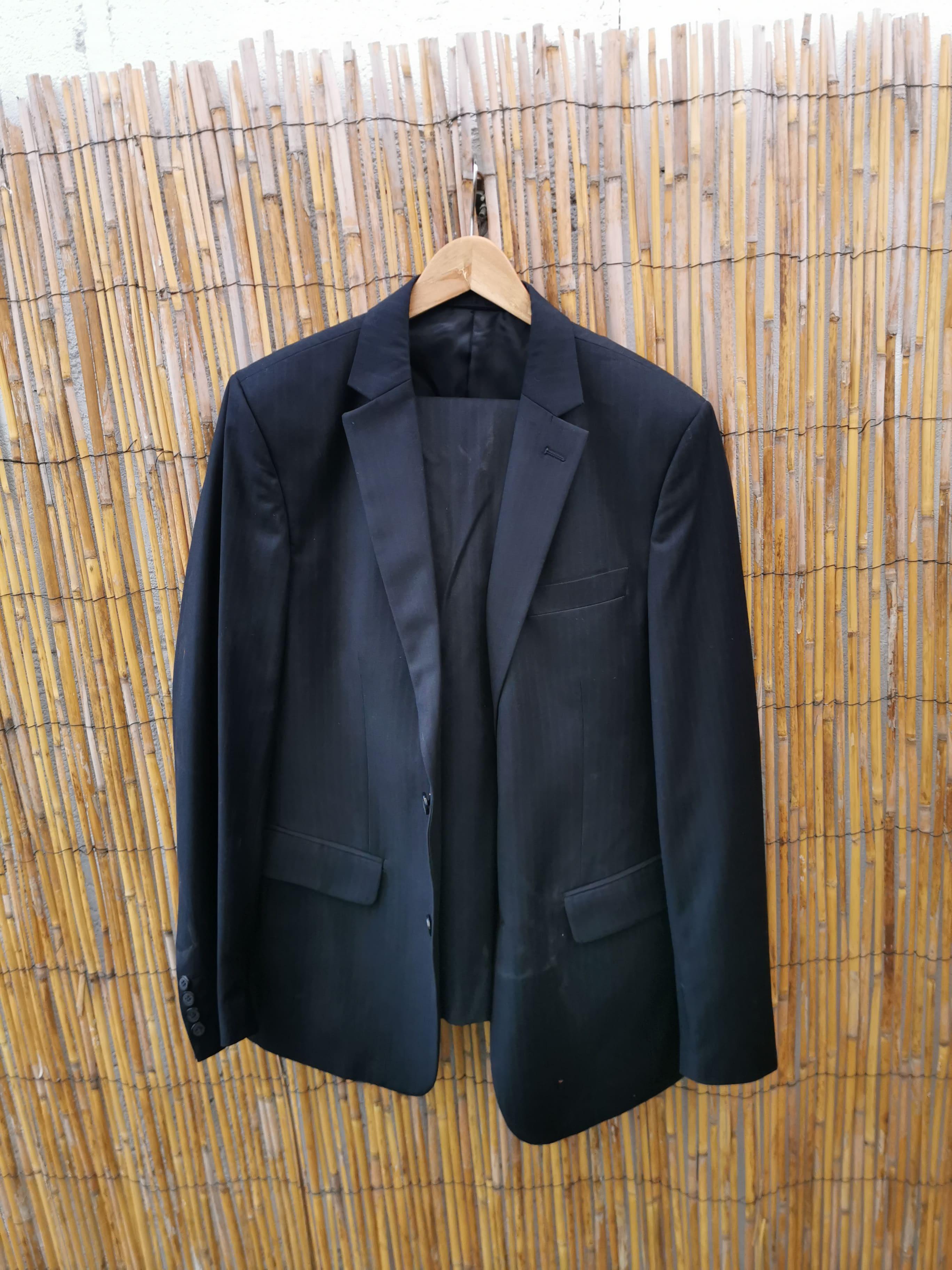Costume noir à fines rayures